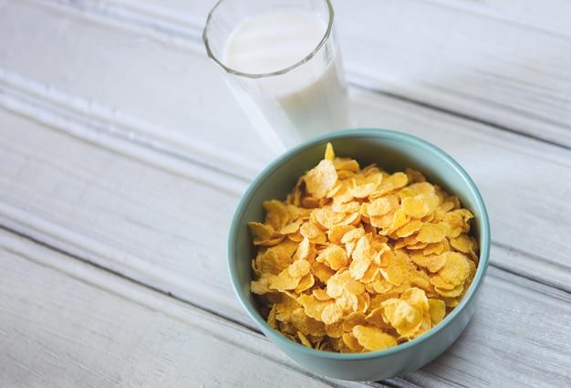 Cornflakes mit milch zum frühstück Premium Fotos