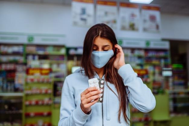 Coronavirus. covid19. frau nimmt und zeigt pillen, vitamine oder pillen in seiner hand. vitamine oder pillen. gesundheits- und behandlungskonzept. Kostenlose Fotos