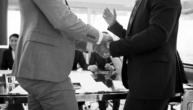 Corporate business menschen händeschütteln Premium Fotos