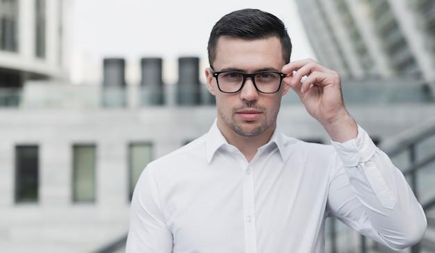 Corporate mann posiert mit brille Kostenlose Fotos