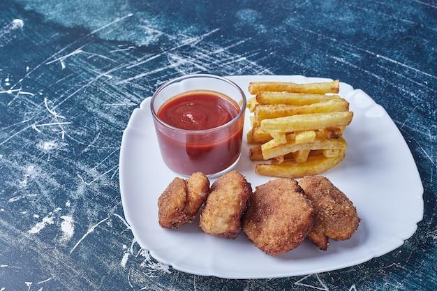 Cotlets mit bratkartoffeln und sauce. Kostenlose Fotos
