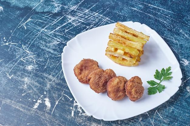 Cotlets mit bratkartoffeln. Kostenlose Fotos