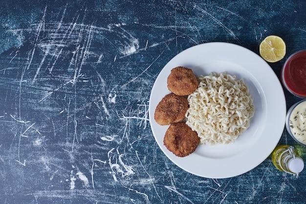 Cotlets mit nudeln und saucen. Kostenlose Fotos