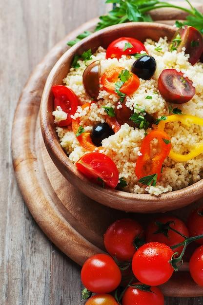 Couscous mit gemüse und oliven Premium Fotos
