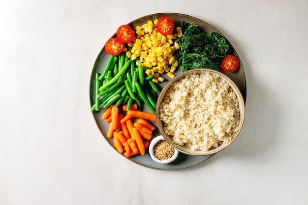 Couscous mit gemüse Premium Fotos