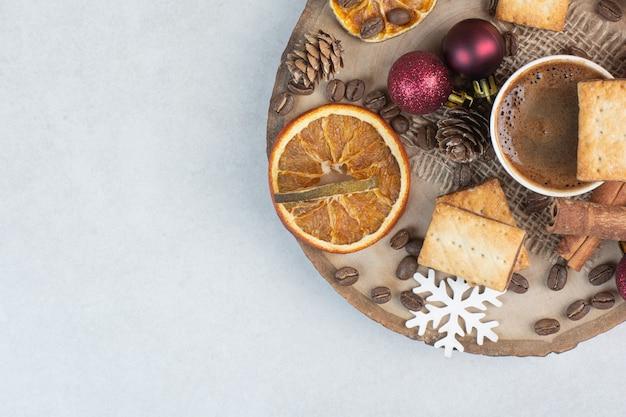 Cracker mit aromatasse kaffee auf holzteller. hochwertiges foto Kostenlose Fotos