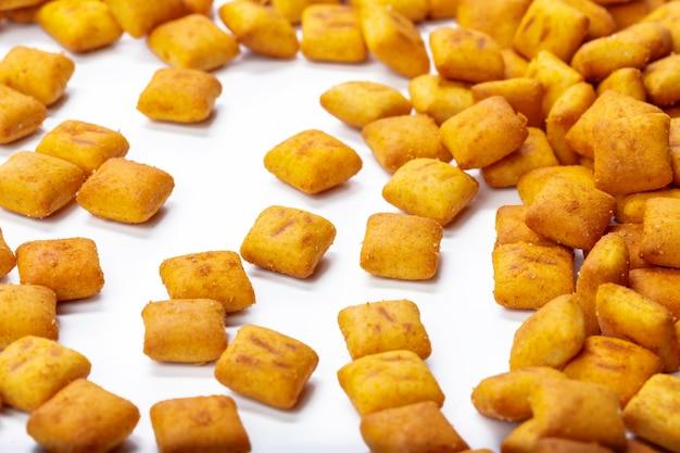 Crackerplätzchen getrennt auf weiß Premium Fotos