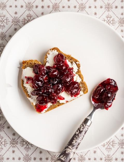Cranberry marmelade und frischkäse toast auf weißem teller Premium Fotos