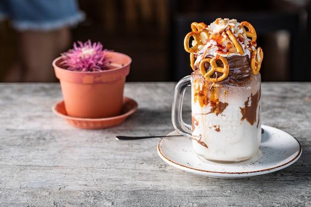 Cremiges dessert mit schokolade und keksen Kostenlose Fotos