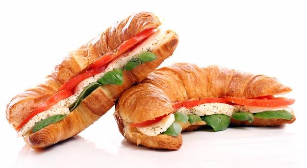 Croissant mit basilikum, tomate und mozzarella Kostenlose Fotos