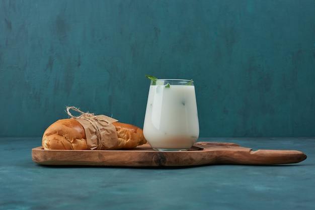 Croissant mit einer tasse joghurt. Kostenlose Fotos