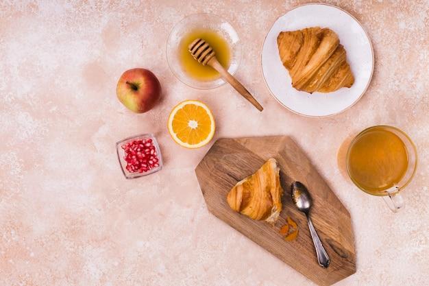 Croissant mit leckerem honig Kostenlose Fotos