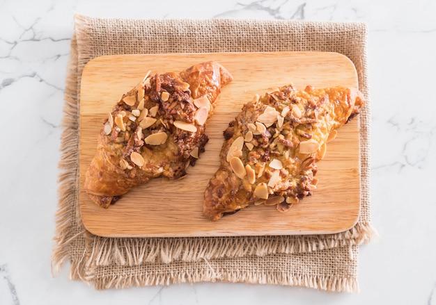 Croissant mit mandeln Premium Fotos