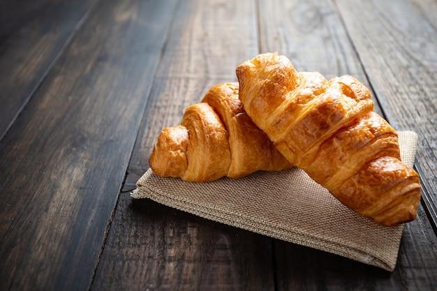 Croissants auf alten holztisch. Kostenlose Fotos
