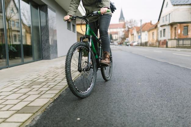 Crop frau fahrrad fahren Kostenlose Fotos