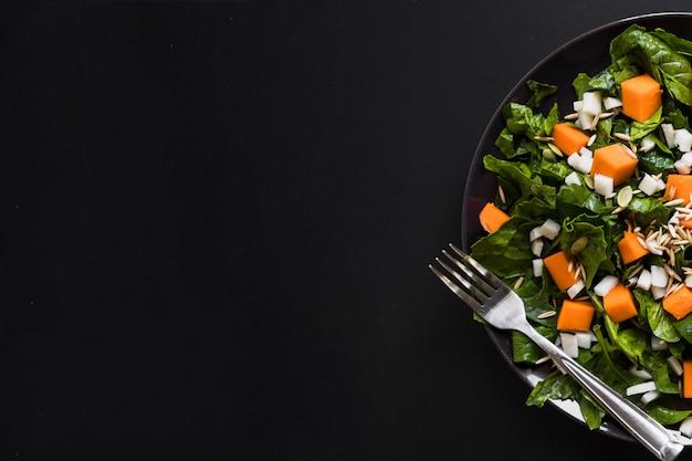 Crop platte mit herzhaften salat Kostenlose Fotos