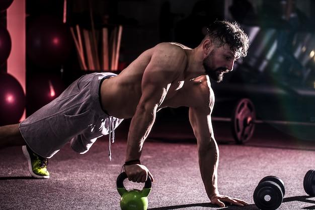 Cross fit training im fitnessstudio Kostenlose Fotos