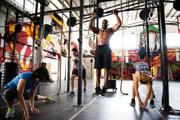 Crossfit-gruppe im fitnessstudio Kostenlose Fotos