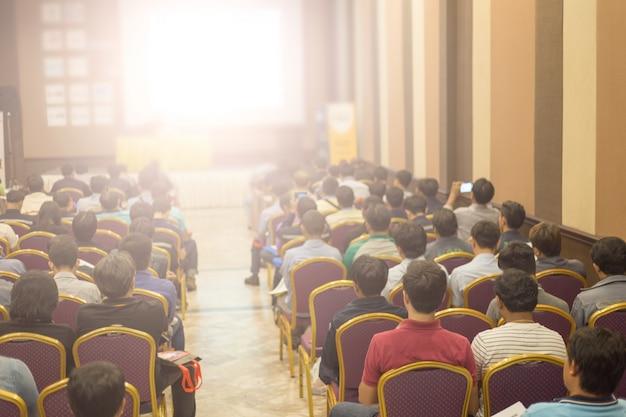 Crown hört zu, wie der sprecher beim geschäftstreffen spricht. publikum im konferenzsaal. wirtschaft und unternehmertum. kopieren sie platz auf whiteboard. Premium Fotos