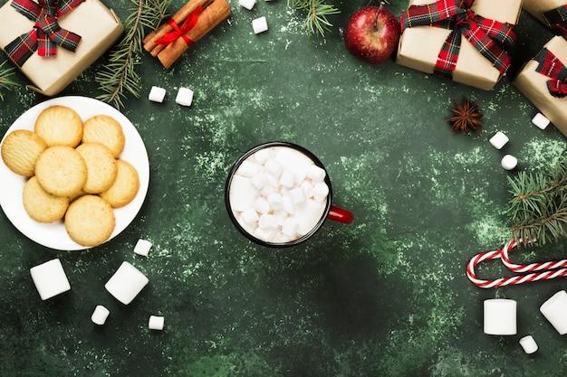 Cup heiße schokolade auf grün Premium Fotos