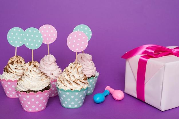 Cupcake-gruppe neben geschenk Kostenlose Fotos