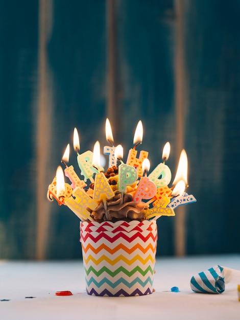 Cupcake mit beleuchtung alles gute zum geburtstag kerzen auf blau Kostenlose Fotos