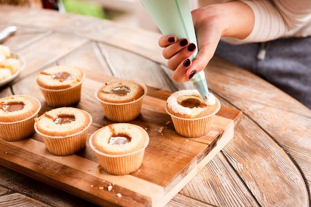 Cupcake mit füllung und mit zuckerguss dekoriert Kostenlose Fotos