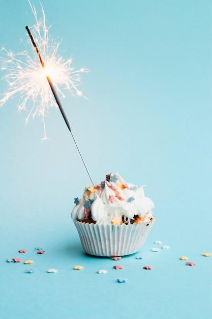 Cupcake mit kleinem feuerwerk drin Premium Fotos