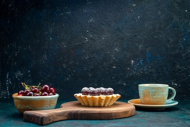 Cupcake mit leckeren kirschen neben kaffee und vollem teller kirschen Kostenlose Fotos