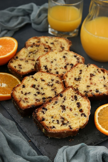 Cupcake mit orangen und schokolade, befindet sich auf einem schiefer vor einem dunklen hintergrund Premium Fotos