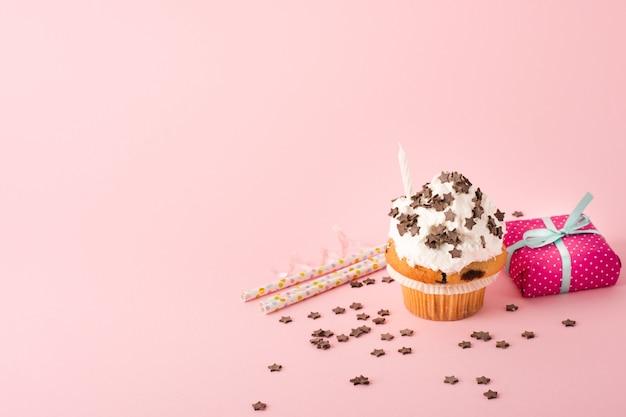 Cupcake mit zuckerguss und geschenk Premium Fotos