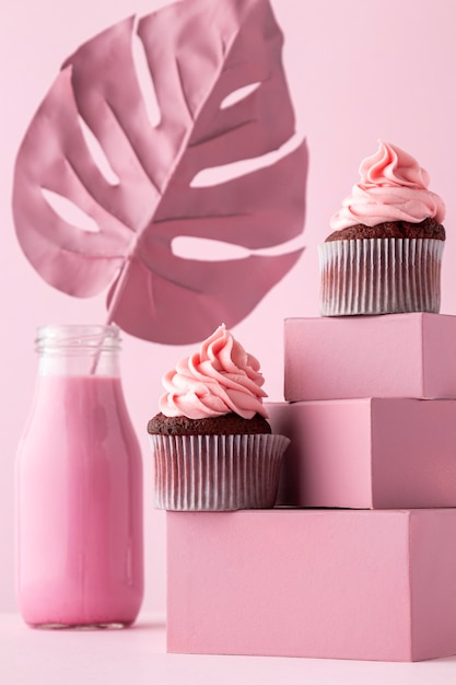 Cupcakes auf kisten und monstera-blatt Kostenlose Fotos