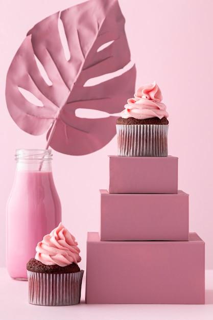 Cupcakes auf kisten und monstera pflanze Kostenlose Fotos