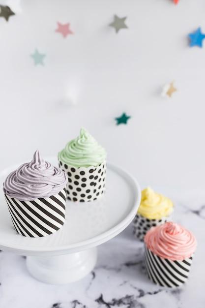 Cupcakes auf marmor Kostenlose Fotos