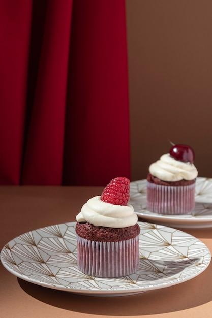 Cupcakes mit himbeere und kirsche Kostenlose Fotos
