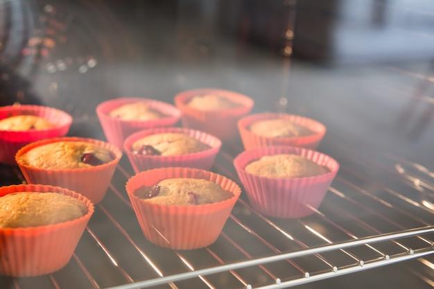 Cupcakes mit kirschen, muffins im ofen Premium Fotos