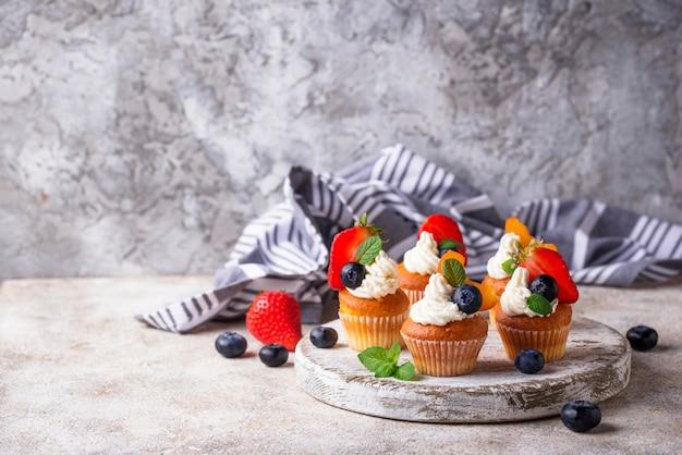 Cupcakes mit sahne und beeren Premium Fotos