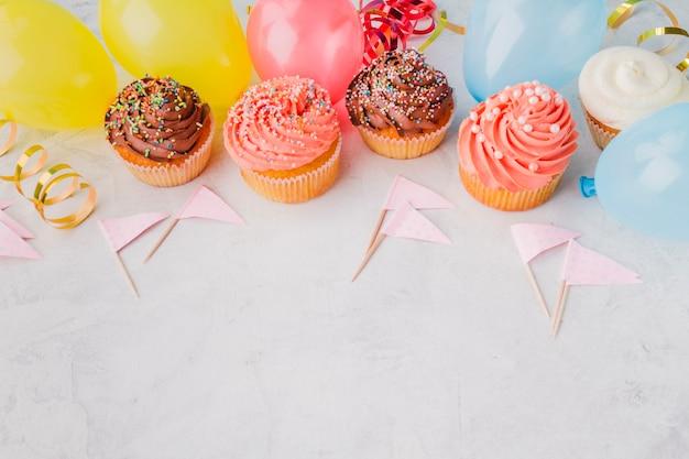 Cupcakes und geburtstagsmaterial Kostenlose Fotos