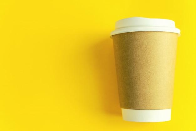 Cupkaffee auf gelbem papierhintergrund Premium Fotos
