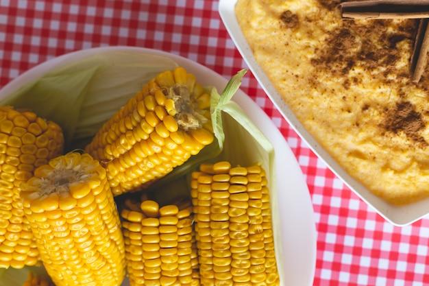 Curau, canjica, angú, maiscreme und dessert typisch für die brasilianische küche. Premium Fotos