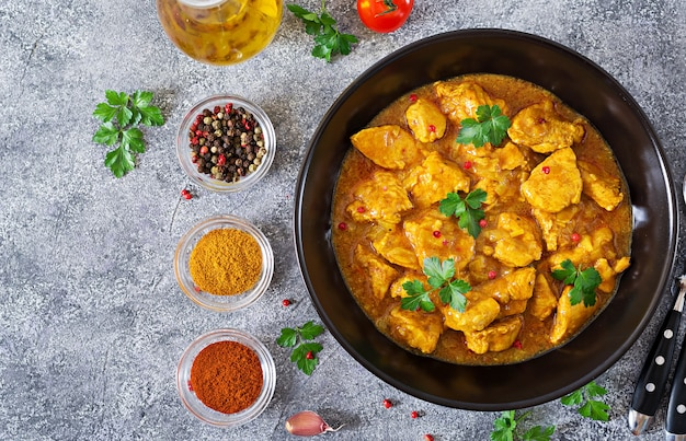 Curry mit hühnchen und zwiebeln. indisches essen. asiatische küche. ansicht von oben Kostenlose Fotos
