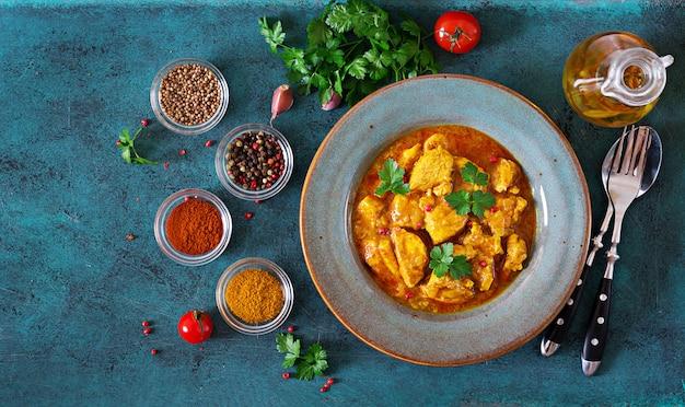 Curry mit hühnchen und zwiebeln. indisches essen. asiatische küche. draufsicht Premium Fotos