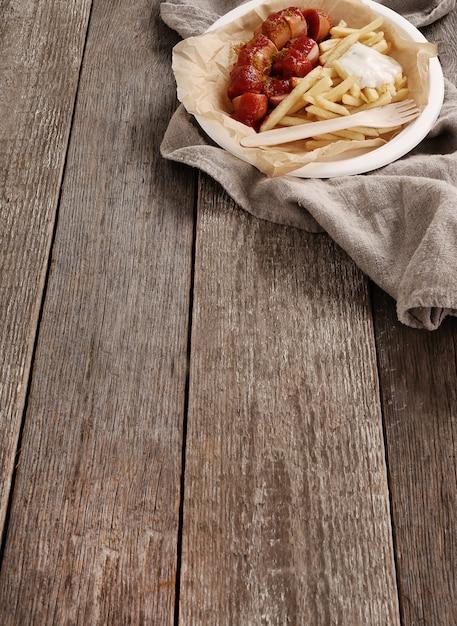 Currywurst mit sauce und pommes Kostenlose Fotos