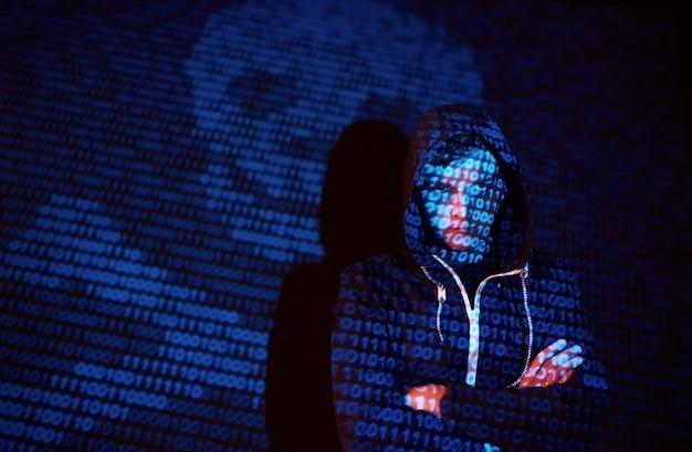 Cyber-angriff mit nicht erkennbarem hacker mit kapuze unter verwendung des digitalen glitch-effekts der virtuellen realität Kostenlose Fotos