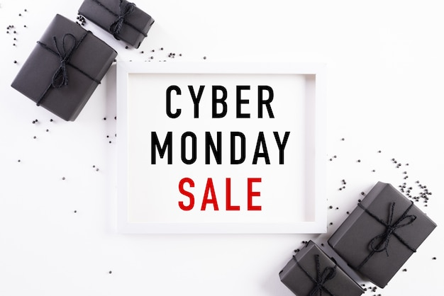 Cyber monday sale-text auf weißem bilderrahmen mit schwarzer geschenkbox Premium Fotos