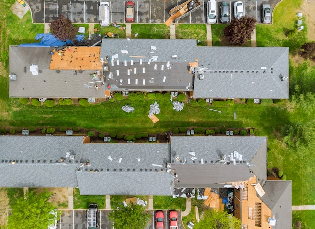 Dach repariert alten dachersatz durch neue schindeln einer wohnung Premium Fotos