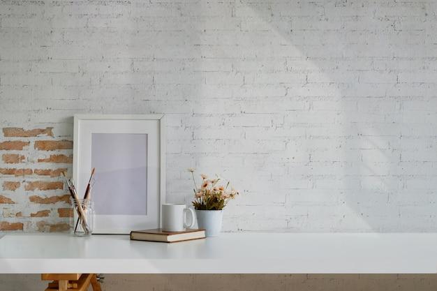 Dachbodenarbeitsplatz mit modellplakatrahmen und kopienraum. Premium Fotos