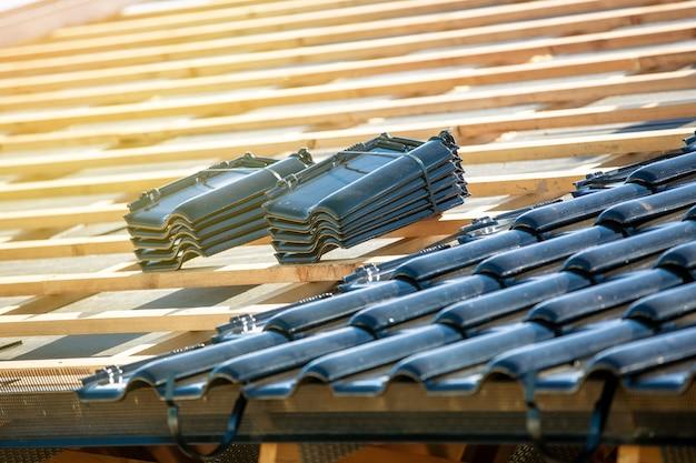 Dachkonstruktion mit gebrannten schwarzen ziegeln Premium Fotos