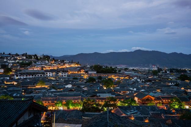 Dachspitzen in alter stadt lijiang, china am abend Premium Fotos