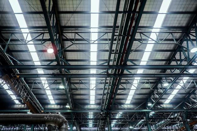 Dachstahlträgerstruktur in der industriellen fabrik Premium Fotos